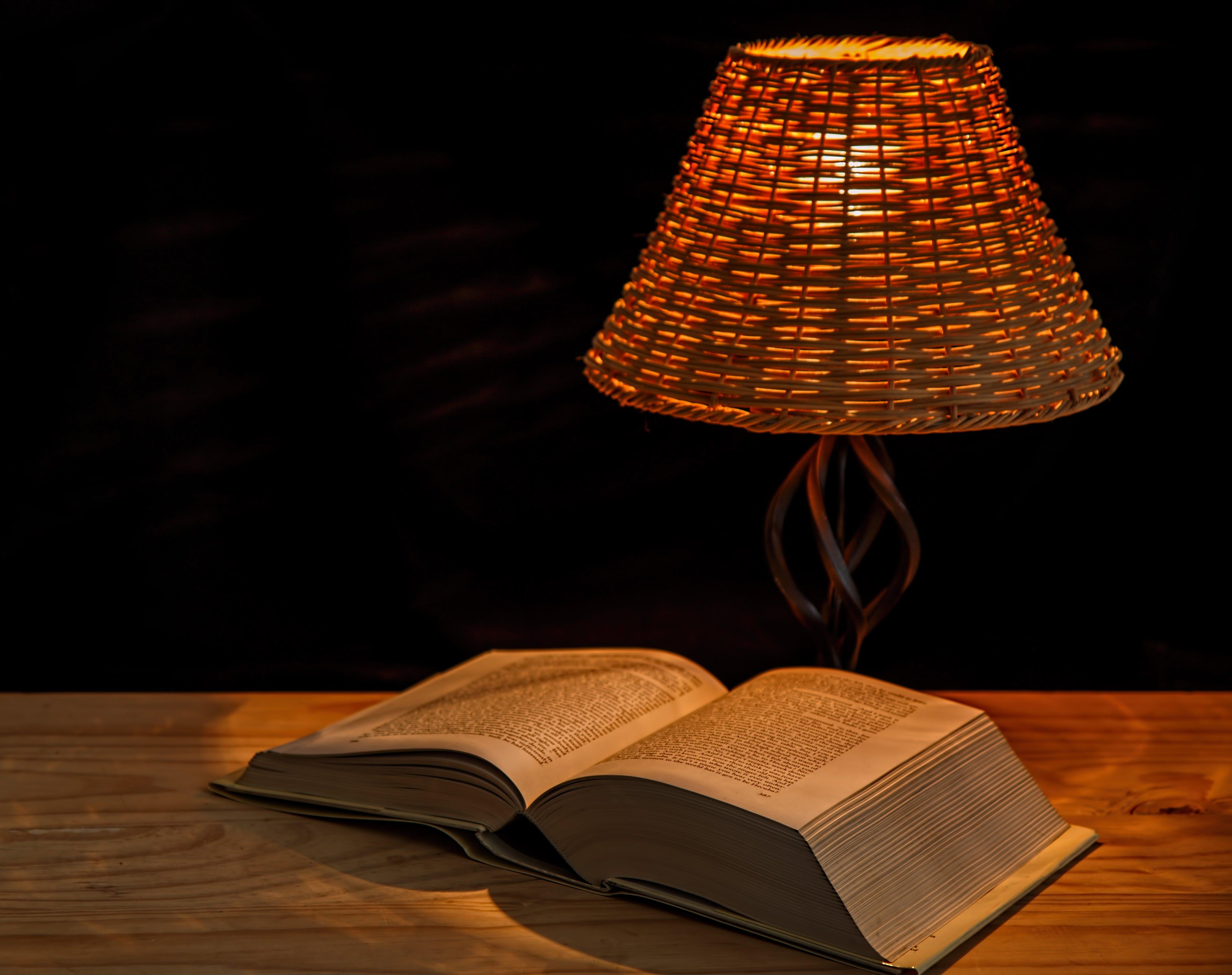 Kostenloses Stock Foto zu enzyklopädie, lampe, lampenschirm, lexikon