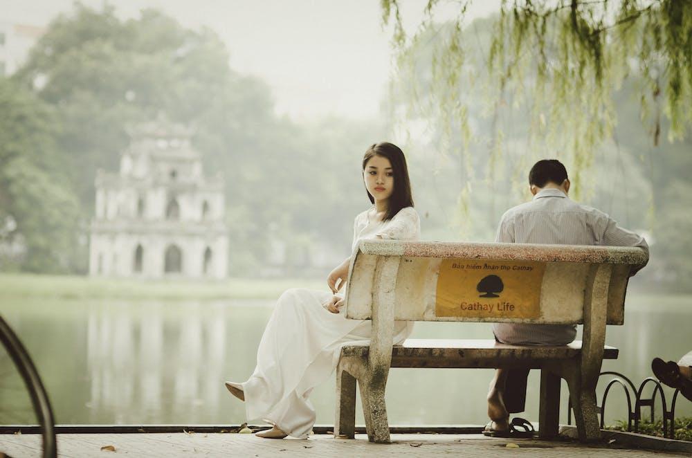 Un couple assis sur un banc | Photo : Pexels