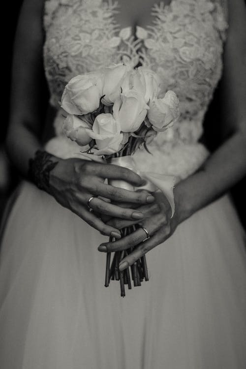 Immagine gratuita di accessori da sposa, bianco e nero, fedi nuziali, fiori da sposa