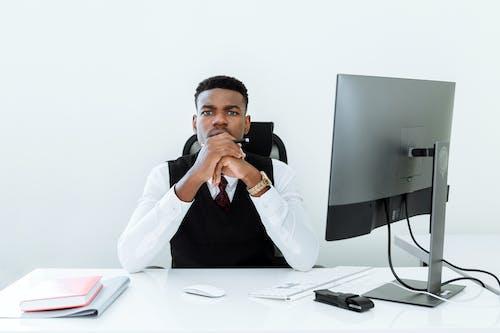 Mężczyzna W Białej Koszuli Siedzi Na Krześle
