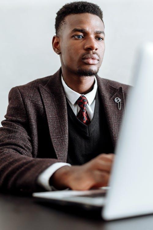 Безкоштовне стокове фото на тему «афроамериканський, білий фон, вертикальні постріл»