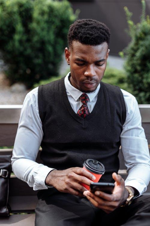 Základová fotografie zdarma na téma @ venku, afroamerický, bílé dlouhé rukávy