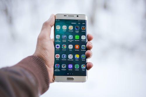 Kostenloses Stock Foto zu app, hand, konnektivität, mockup