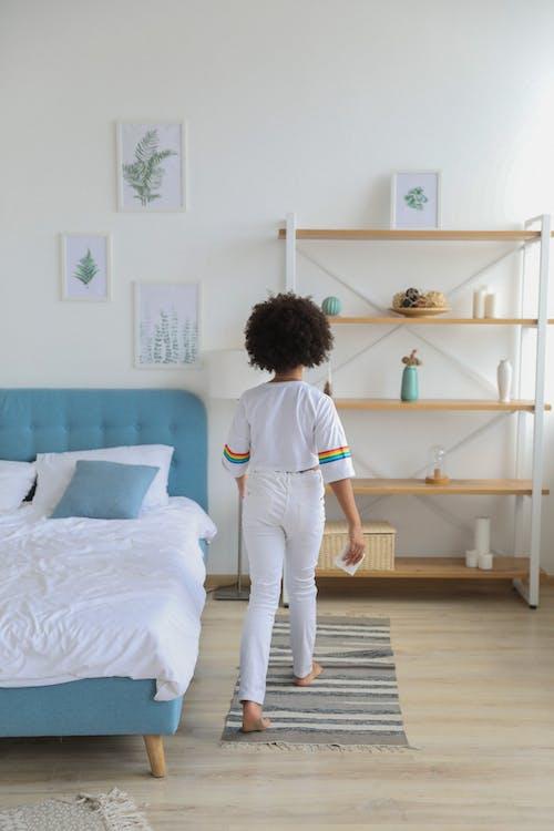 Darmowe zdjęcie z galerii z anonimowy, apartament, biały, boso