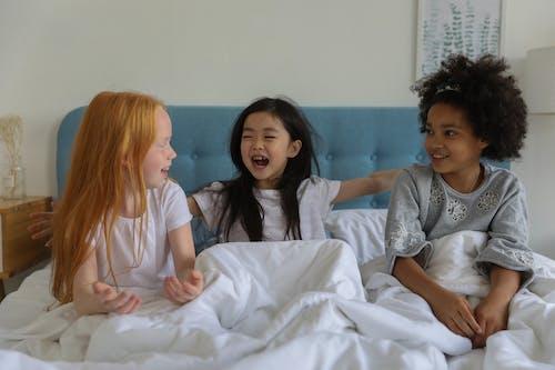 Encantadoras Niñas En Pijamada En La Cama