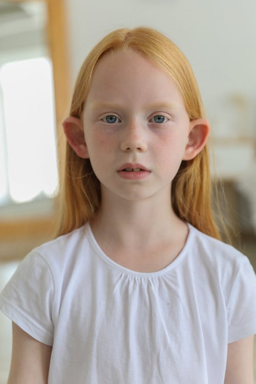 Cô Gái Tóc đỏ Trầm Ngâm Trong Phòng Dưới ánh Sáng Ban Ngày