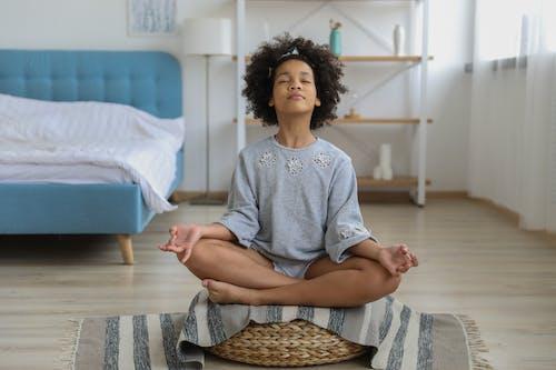 Chica Negra Meditando En La Habitación Con Los Ojos Cerrados