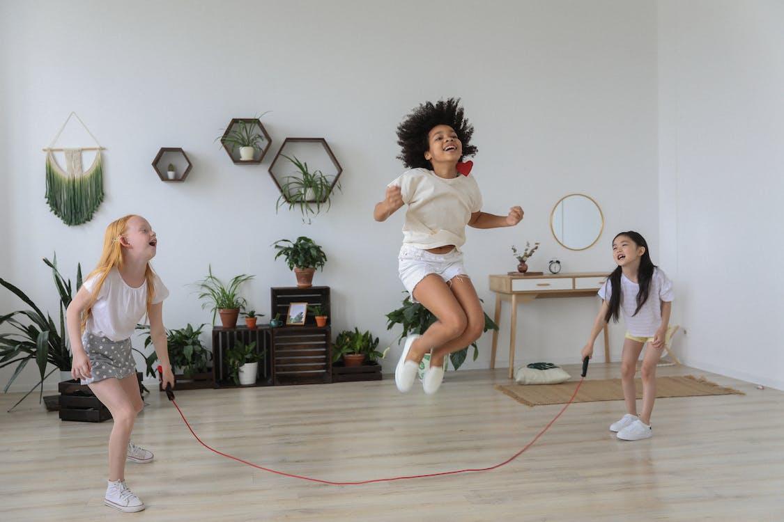 Czarna Dziewczyna Przeskakuje Przez Linę Podczas Zabawy Z Przyjaciółmi
