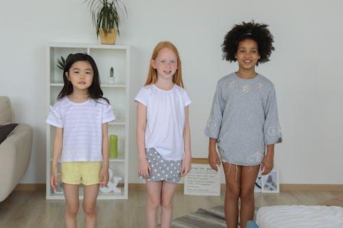 Glimlachende Kleine Meisjes In Gezellige Kamer