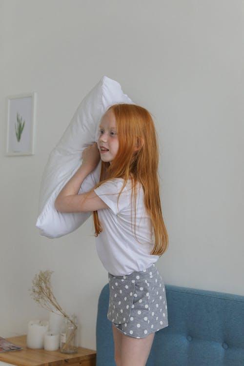 Petite Fille Jouant Avec Un Oreiller Dans La Chambre