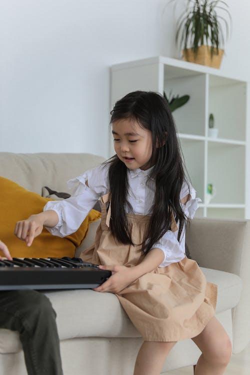 Leuk Aziatisch Meisje Dat Synthesizer Speelt