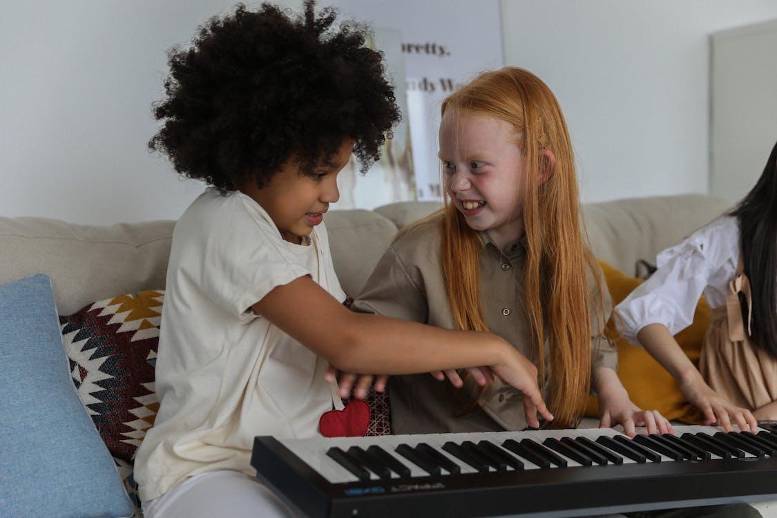 Grappige Multi Etnische Kleine Meisjes Samenspelen