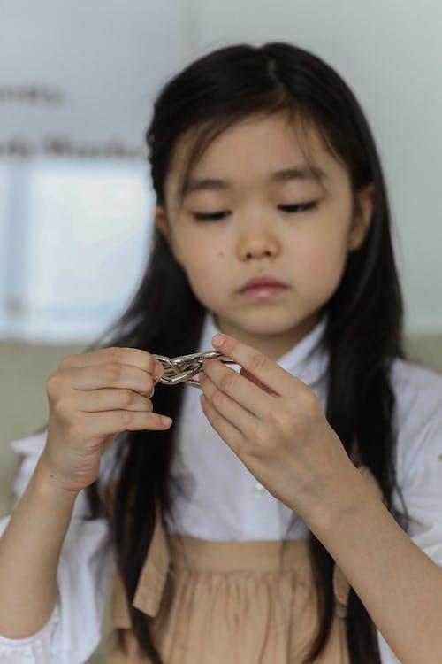 Weinig Aziatisch Meisjes Speelspel Thuis