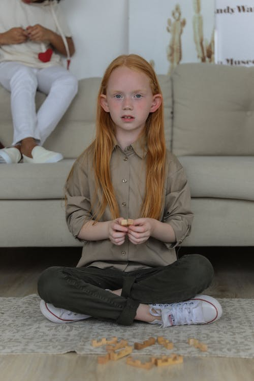Charmant Klein Meisje Spelen Op De Vloer