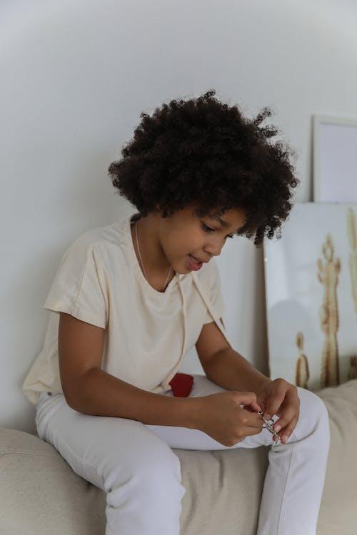 Zwart Meisje Spelen Op De Bank