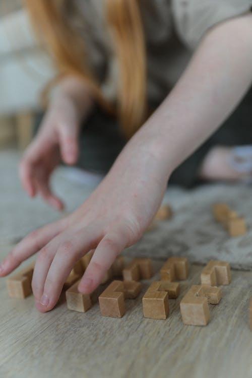 Snijd Klein Meisje Dat Met Blokken Speelt