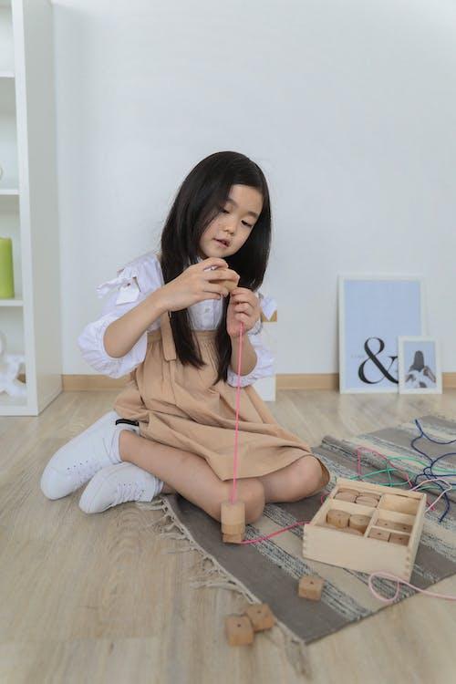 Gelukkig Aziatisch Meisje Spelen Op De Vloer
