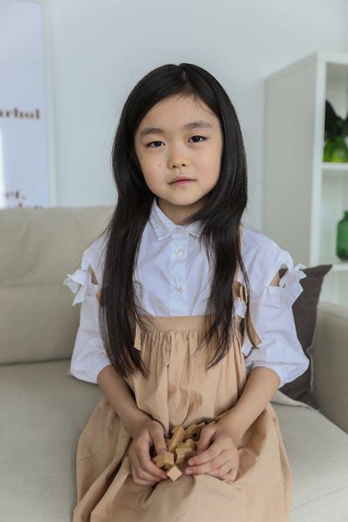 Leuk Aziatisch Meisje In Gezellige Kamer