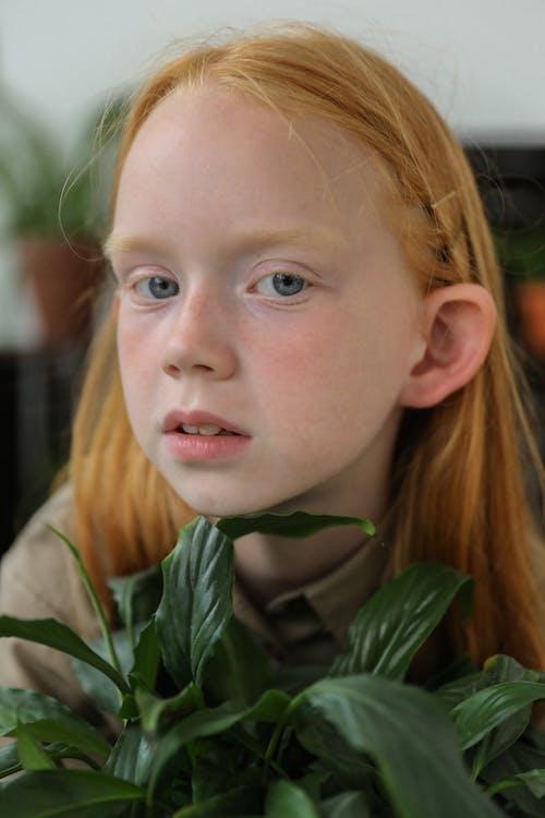 Charmant Klein Meisje Met Plant Thuis