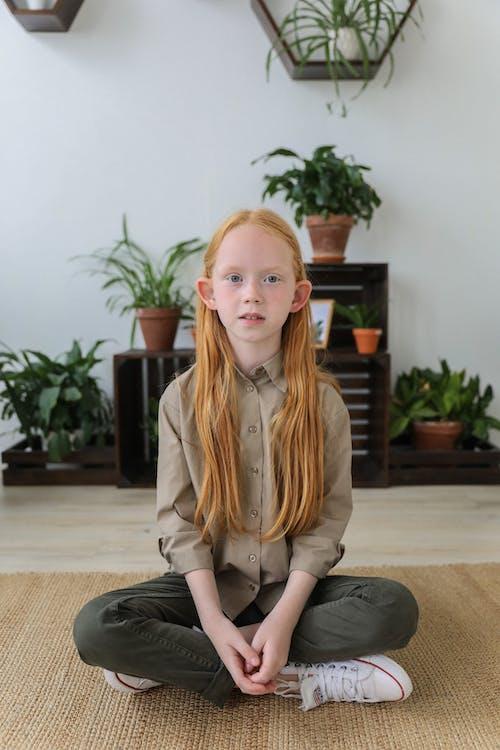 Stijlvol Klein Meisje, Zittend Op De Vloer