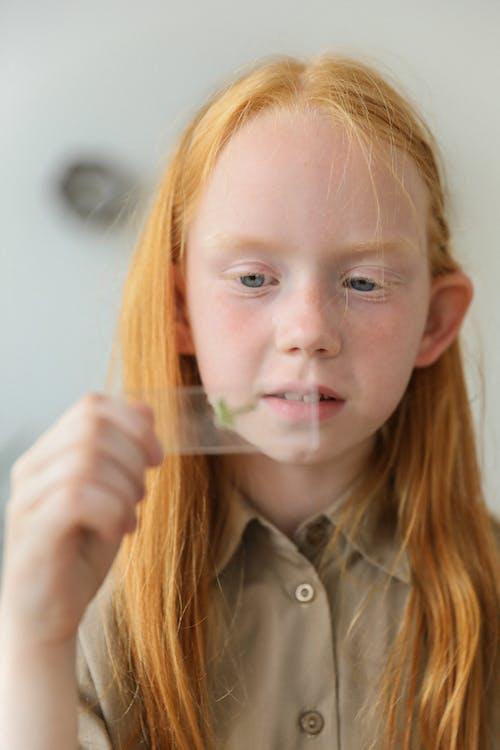 Meisje Met Groene Steekproef Op Glas