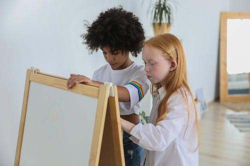 Gerichte Diverse Kinderen Schilderen Op Ezel Schoolbord