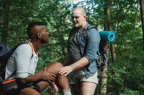 Foto profissional grátis de abrigo, ação, amizade, ao ar livre