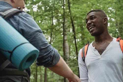 Người đàn ông Da đen Hạnh Phúc Nhìn Người Bạn Không Mặt Trong Rừng