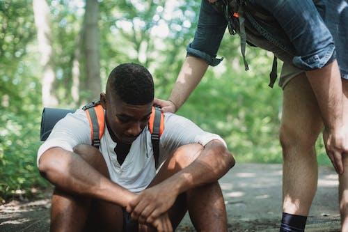 Caminante Negro Infeliz Sentado En El Suelo En El Bosque