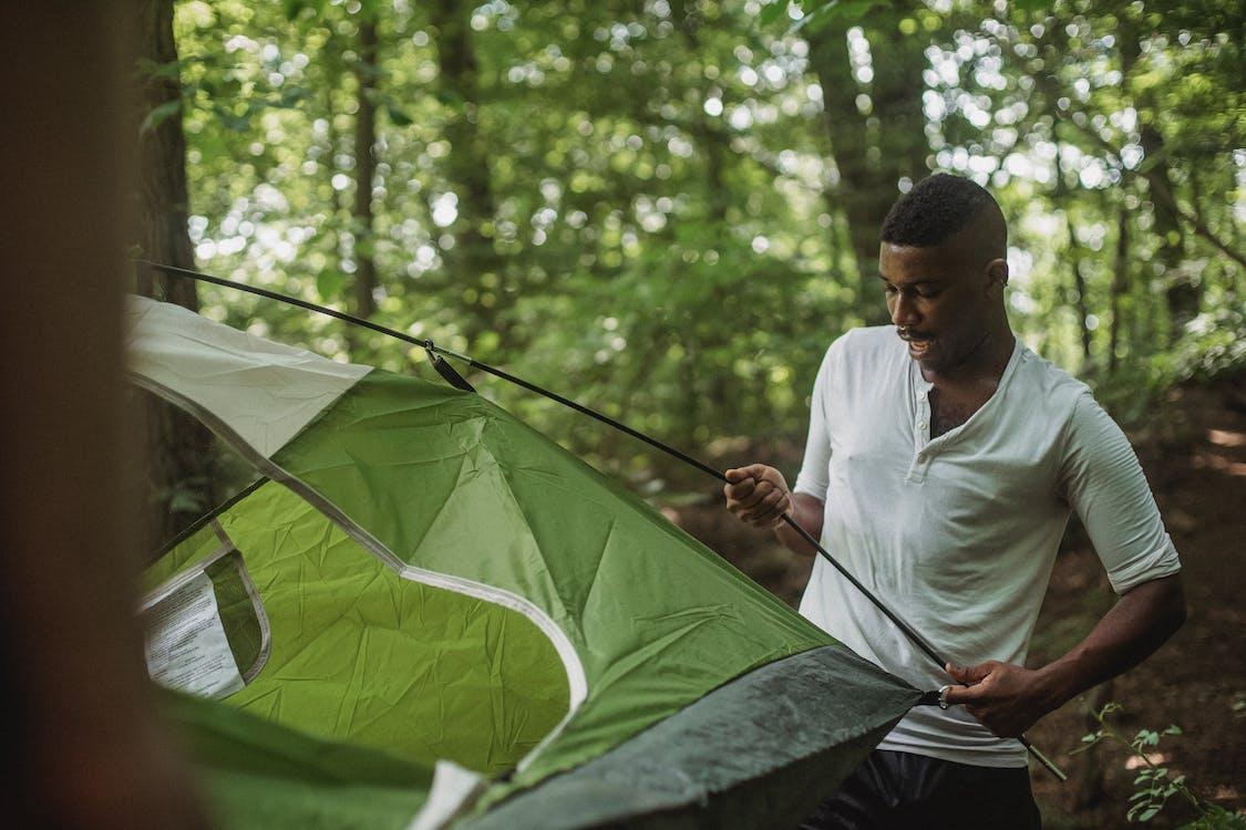 Gelukkig Zwarte Man Tent Aanbrengend Bos