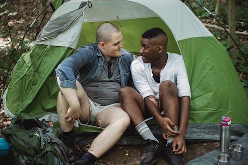 アフリカ系アメリカ人, うれしい, お互いを見て, キャンピングカーの無料の写真素材