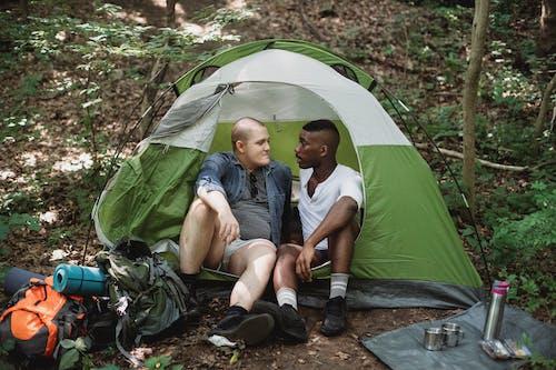 森のテントで休んでいる多様な友達