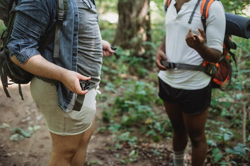 Pendaki Multietnis Berdiri Di Hutan