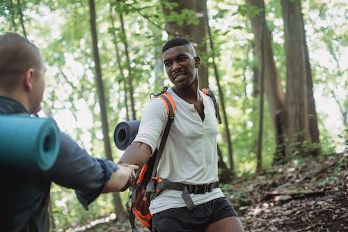 Pendaki Afrika Amerika Membantu Pria Memanjat