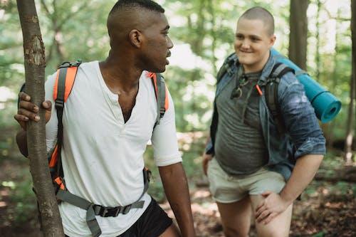 Teman Yang Beragam Mendaki Di Hutan