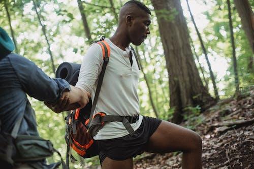 Turis Etnis Yang Kuat Membantu Teman Laki Laki Untuk Mendaki Di Sepanjang Lereng Bukit