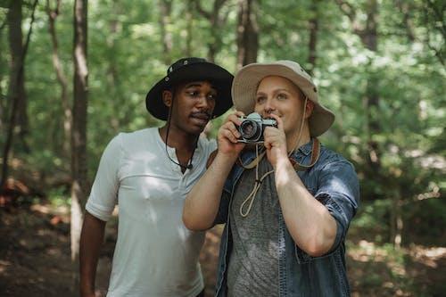 Beste Gemischtrassige Männliche Freunde Mit Fotokamera, Die Im Wald Spricht