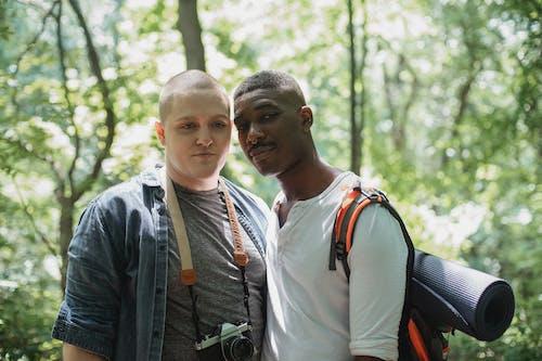 Junge Verschiedene Männer Mit Rucksäcken, Die Im Park Während Der Reise Entspannen