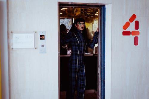 Wanita Bergaya Berdiri Di Lift
