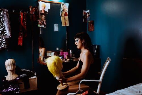 Wanita Serius Dengan Wig Kuning