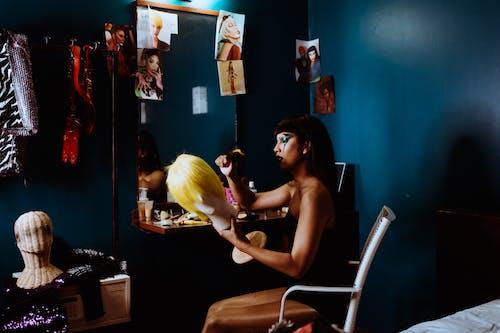 Wanita Fokus Dengan Kepala Manekin