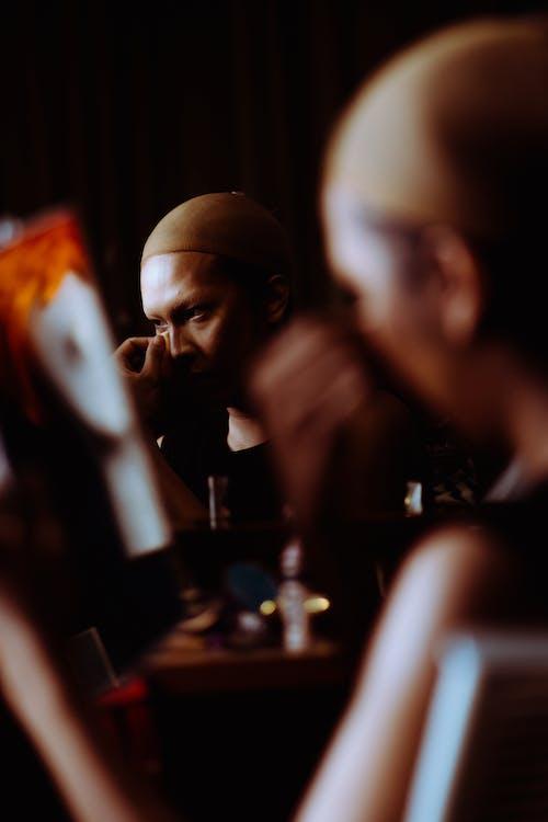 Mujer Asiática Quitando El Maquillaje De La Cara Y Mirando Al Espejo