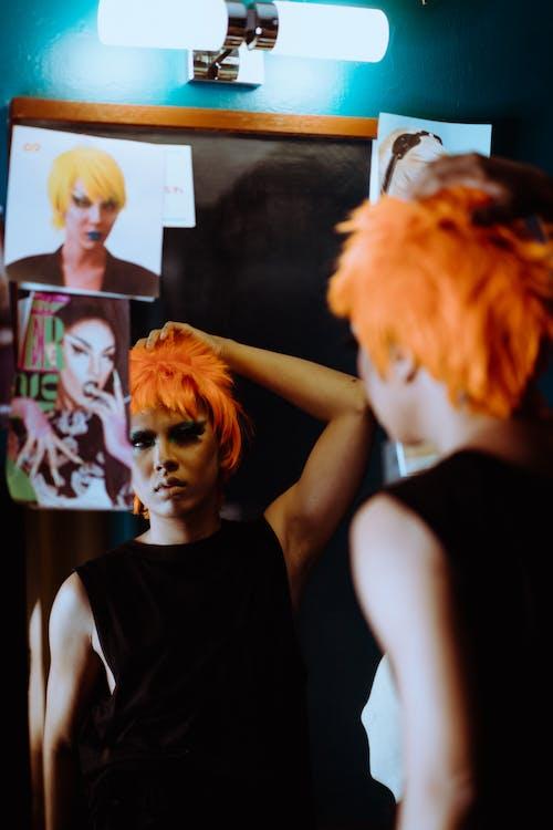Joven Mujer étnica Con Maquillaje Excéntrico En Peluca