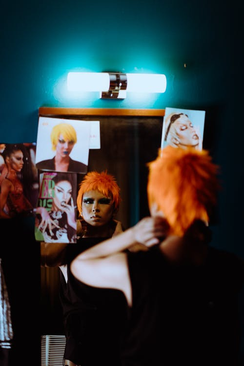 Mujer étnica Con Apariencia Excéntrica Y Maquillaje En Habitación Iluminada