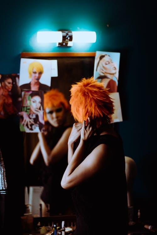 Mujer étnica Con Maquillaje Elegante Creando Una Apariencia Moderna