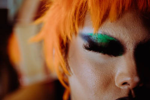 Persona Eccentrica Irriconoscibile Con Capelli Arancioni E Trucco Luminoso