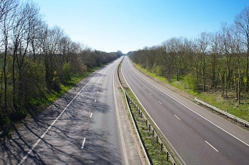 Darmowe zdjęcie z galerii z asfalt, autostrada, blokada, drewno