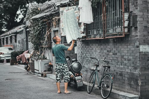 Kostenloses Stock Foto zu bürgersteig, draußen, einkaufen, erwachsener