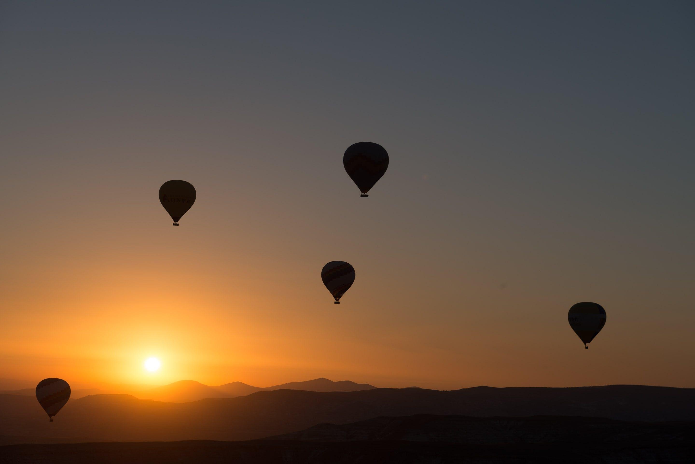 Kostenloses Stock Foto zu ballons, berge, dämmerung, fliegen