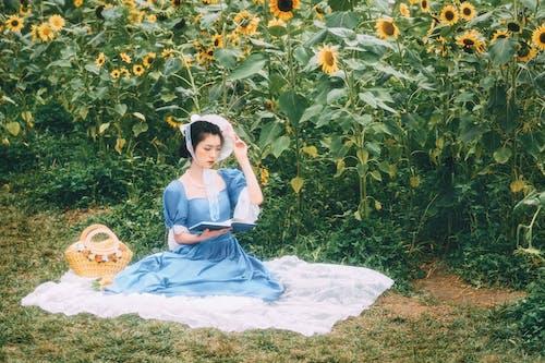 Foto profissional grátis de adulto, alegria, ao ar livre, bonita